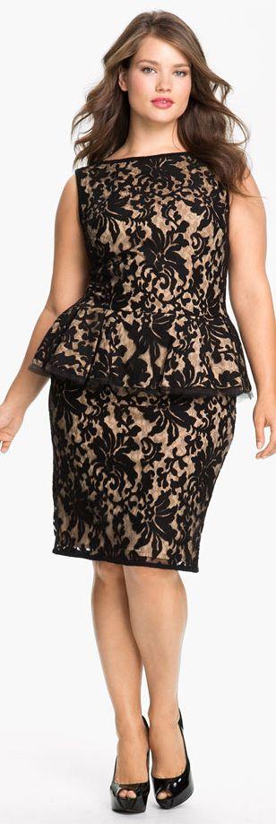 Con peplum en negro y beige los vestidos de noche para gorditas de Tadashi Shoji resaltan las curvas donde lucen mejor. Black and beige peplum evening dress for curvy women by Tadashi Shoji. Guaranteed to highlight your best curves.