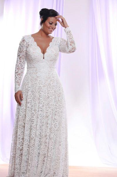 Encontrar vestidos de novia para gorditas con mangas no es un problema para Studio Levana. Este vestido de encaje con cuello en V tiene mangas desmontables. Irás de formal a semi informal en segundos.