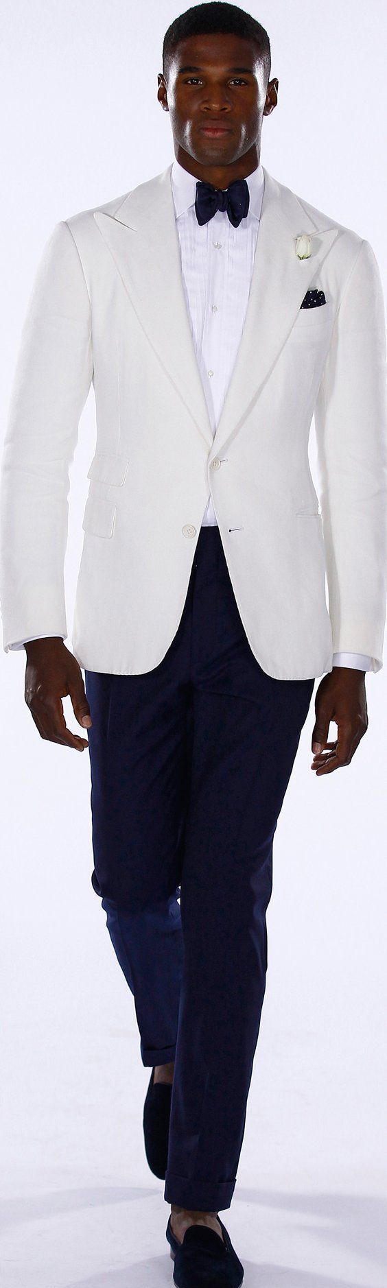 Chaqueta de tux en blanco con pantalones y corbata estilo moño en azul. Ralph Lauren 2016. White tuxedo jacket with blue bowtie and blue pants.