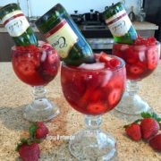 Drunk in Love: 2 oz. (60ml) Vodka de Fresas 1 oz. (30ml) Triple Sec 1/2 oz. (15ml) Granadina 2 oz. (60ml) Mix de Fresas Champagne en Mini Botellas Grosellas/Fresas.