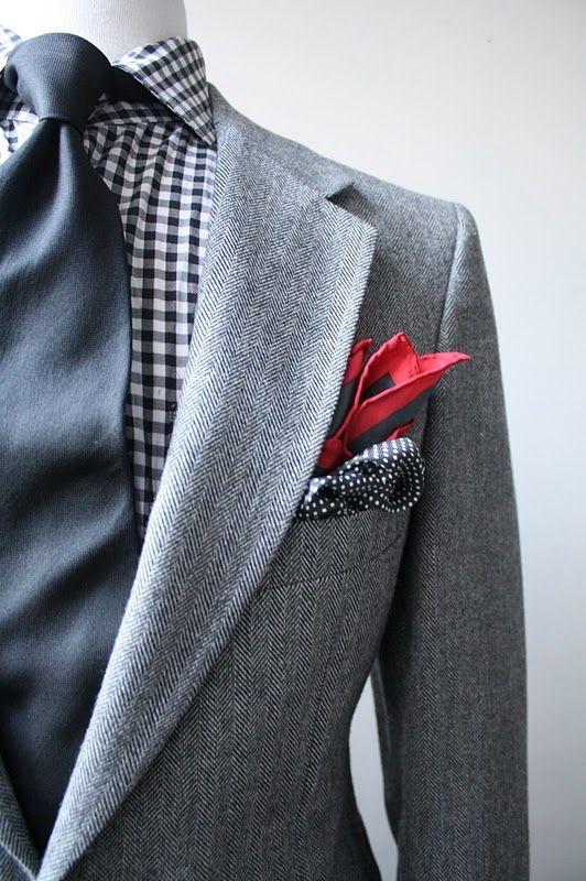 El contraste del pañuelo cuadrado. Contrasting pocket square.