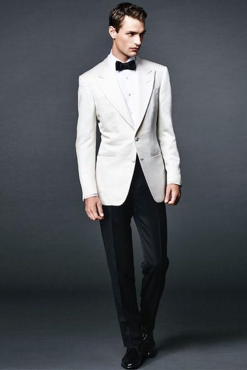 La chaqueta blanca, hecha famosa por Sean Connery en las pelis de James Bond, está de ultima moda en trajes para novios.