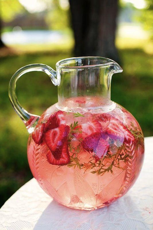 Limonada express con fresas y verdes para bodas en blush pink, o no.