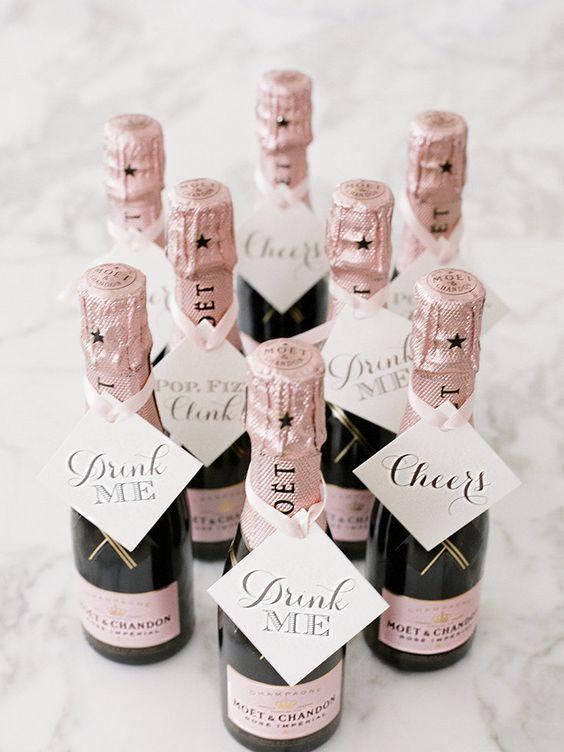 Moet Chandon para una boda en pink blush. Moet mini champagne bottles match a pink blush wedding.