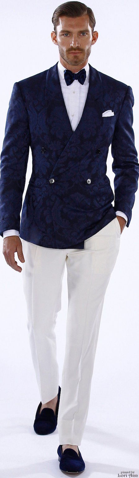 Ralph Lauren 2016. Pantalones blancos y saco en azul marino para un look sofisticado. For the groom, a stylish and sophisticated outfit: White trousers, printed navy double breasted suit jacket.