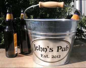 Regalos originales para padrinos de boda. Un balde personalizado de metal galvanizado via Etsy.