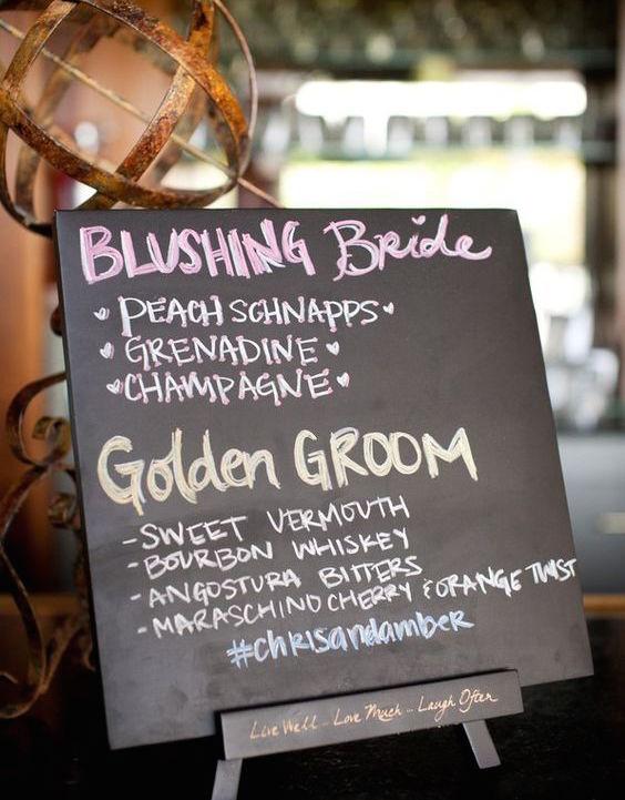 Las bebidas de los novios en un letrero estilo pizarra. Signature drinks were displayed on a chalkboard menu.