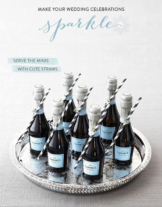 Un popote o sorbete es ideal para acompañar las botellas en miniatura de Prosecco, y para una boda azul.