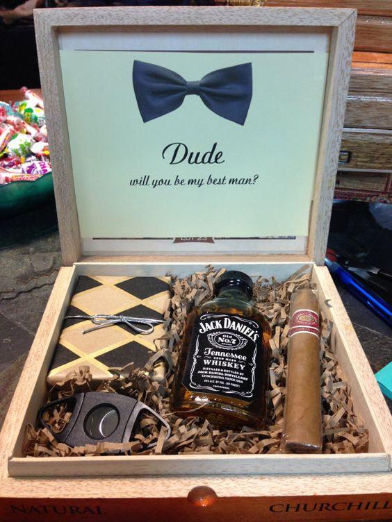 Si no quieres armar las cajas tu mismo, esta caja de regalos para padrinos de boda viene totalmente preparada via Etsy.