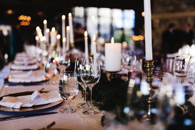 Decoración de las mesas con velas y mucho glam.