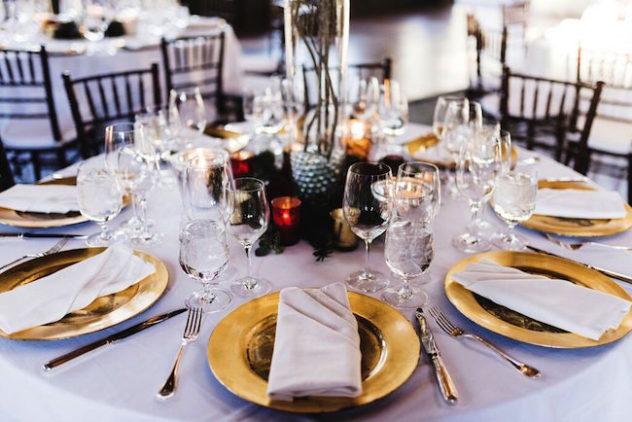 Decoración de mesas con todo el glamour. Mesas decoradas en tonos dorados y blancos con altos centros de mesa confeccionados con ramas muy rústico glam.