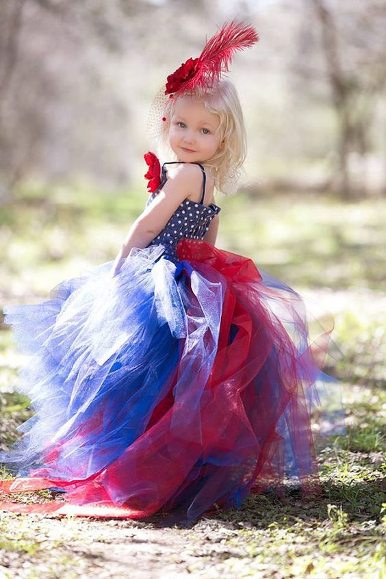 Love this flower girl dress. I would remove the feather because less is more, but the dress is amazing! (clic here for price)