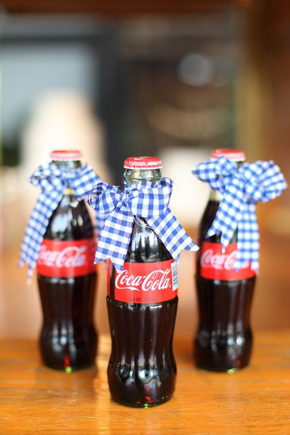 Tie a gingham ribbon to mini bottles of Coke. An ideal combination to pay tribute to the 4th of July.