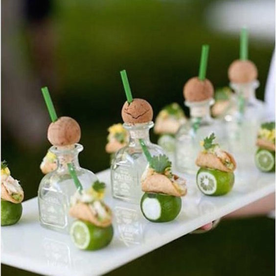 ideas para la barra de bebidas para bodas: mini taco chasers. Una tendencia en barras de tragos es aparear las mini bebidas con mini-foods como estos mini tequila Patrón y mini tacos.