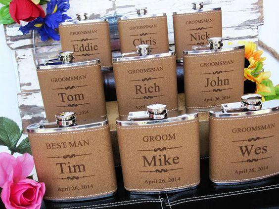 Petacas forradas en piel personalizadas para boda rústica via Etsy.