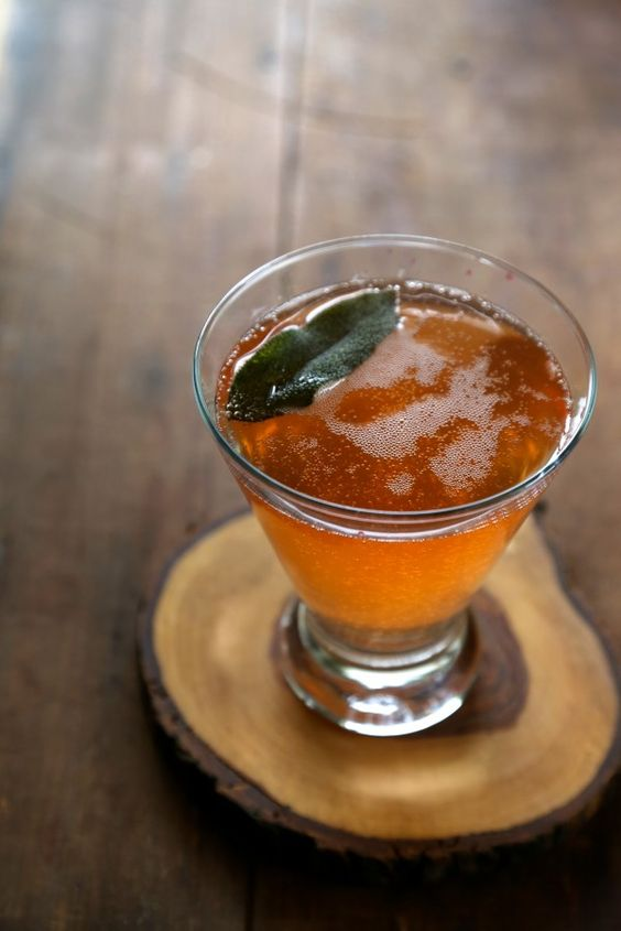 Receta de bourbon fizz naranja con salvia frita. Blood orange bourbon fizz with fried sage.
