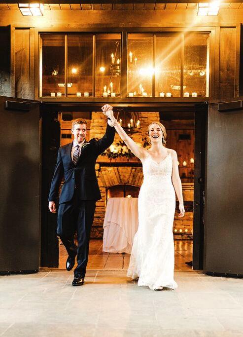 Salón de bodas y la feliz pareja.