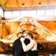 Salón de boda invernal rustica glam iluminado por mil luces de navidad.