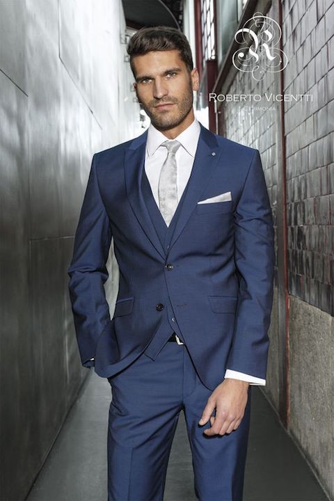 Trajes de novio en azul de Roberto Vicentti.