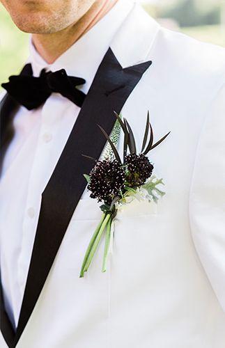 Trajes para novios estilo Bond. Una conjugación perfecta con esta boda en un viñedo en peach y plum. Gorgeous peach and plum vineyard wedding and a Bond-style suit for the groom.