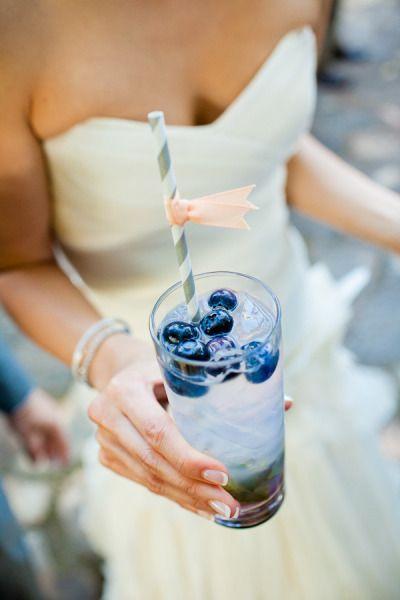 Algo azul: vodka con arándanos. Something blue blueberry vodka.
