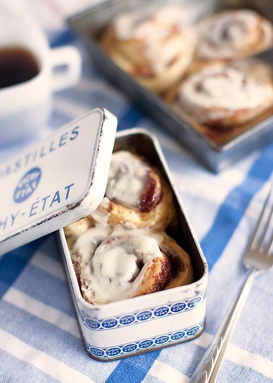 Rollos de canela en cajitas vintage. Cinnamon rolls inside vintage style tin boxes wedding favors.