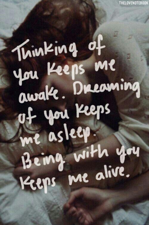 Frases de amor para invitaciones de boda. Pensar en ti me mantiene despierto. Soñar contigo me mantiene dormido. Estar contigo me mantiene vivo.