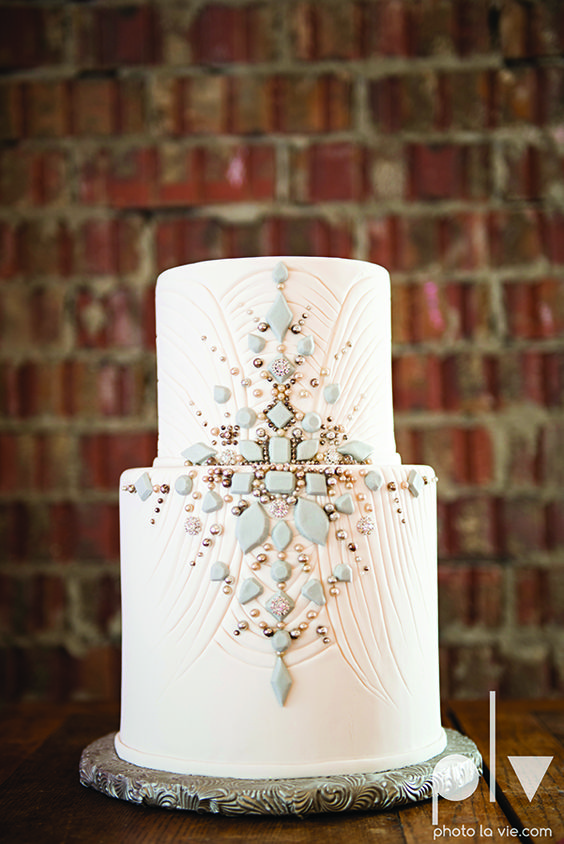 2-tier vintage cake with jewel stones, gray and white design with symmetrical focus. Photography: photolavie