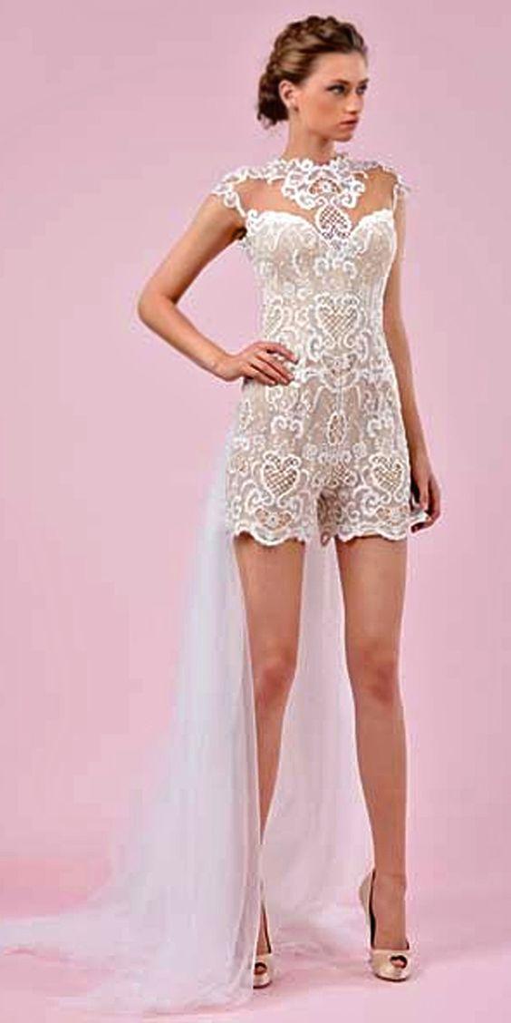 Ideas de pantalones para novias. Estos vestidos de novias con pantalones no son menos elegantes, ceremoniales o femeninos que los trajes de novia clásicos.