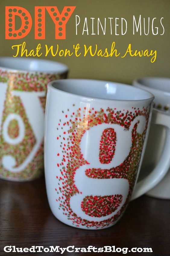 Manualidades para bodas: Tazas personalizadas que no se borran. DIY painted mugs that won't wash away.