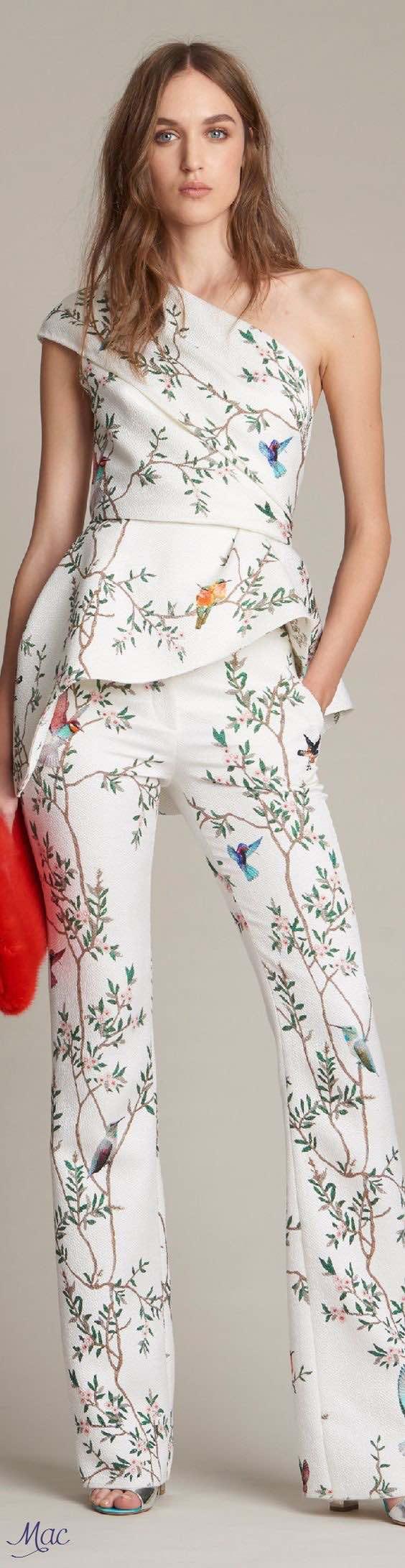 Monique Lhuillier. Para aquellas que van aún un paso más, no todo es blanco en los vestidos de novias con pantalones 2016-2017. Vemos también propuestas en rosa pálido con detalles dorados, amarillo sutil y hasta diseños con prints florales.