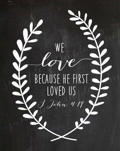 Pizarra con un verso religioso Nosotros amamos porque él nos amó primero.