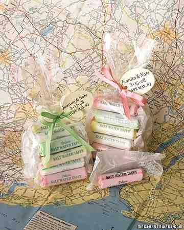 Recuerdos de boda sustentables. Disminuye tu huella ecológica ofreciendo dulces de la región. Give your guests a taste of the region's cuisine, like this New Jersey-inspired saltwater taffy. Sustainable wedding favors.