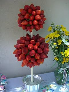 Isn't it perfect for a garden wedding? A strawberry topiary for your choco fountain. A classic.