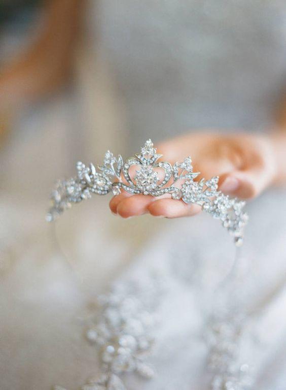 Tiara con corazones de cristal de Swarovski para novias. Tocados glam.