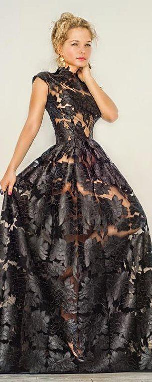 Vestido negro de encaje con forro en nude