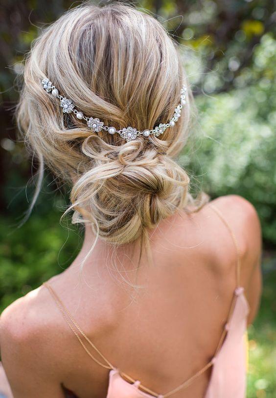 Esta encantadora cadena nupcial para el pelo tipo corona dará un toque único para la novia boho elegante o de inspiración vintage!