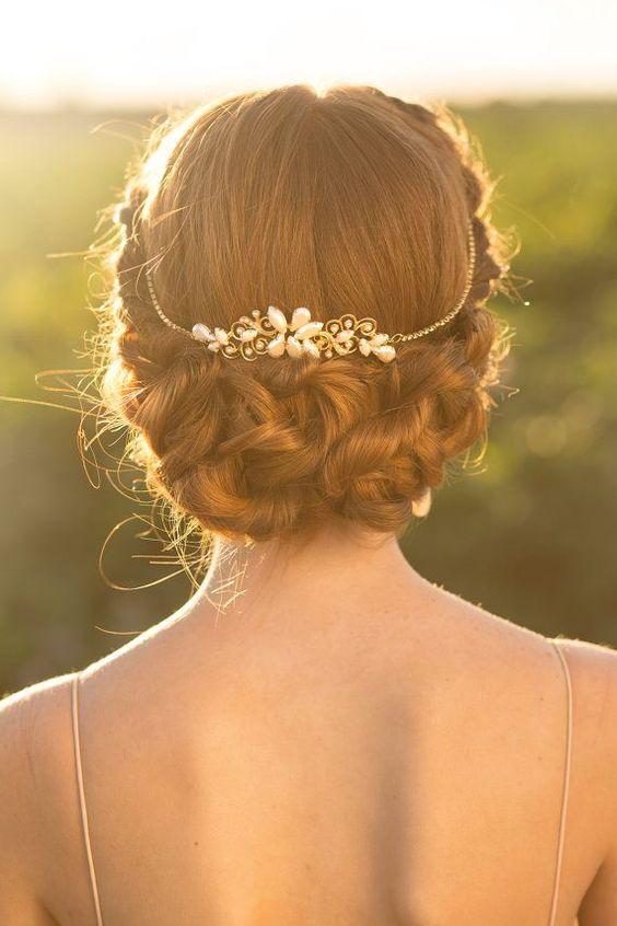 Diadema de oro de inspiración vintage con perlas.