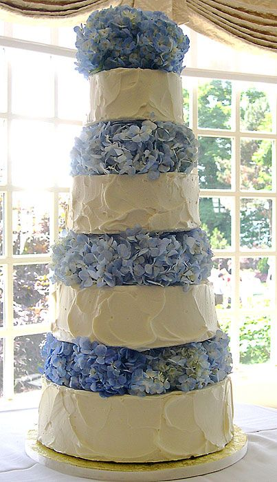 It's got 4 tiers but it looks like 8! Thanks to the hydrangea in between the cake tiers.