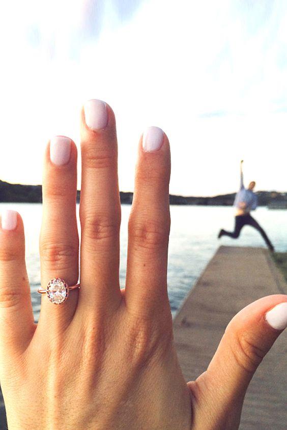 Comprometerse es un importante evento que debes dar a conocer a su familia y amigos. Elige las ideas de compromiso mas creativas o románticas.