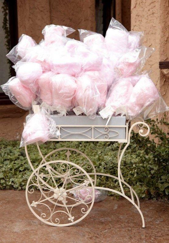 Copos de algodón azucarado como wedding favors.