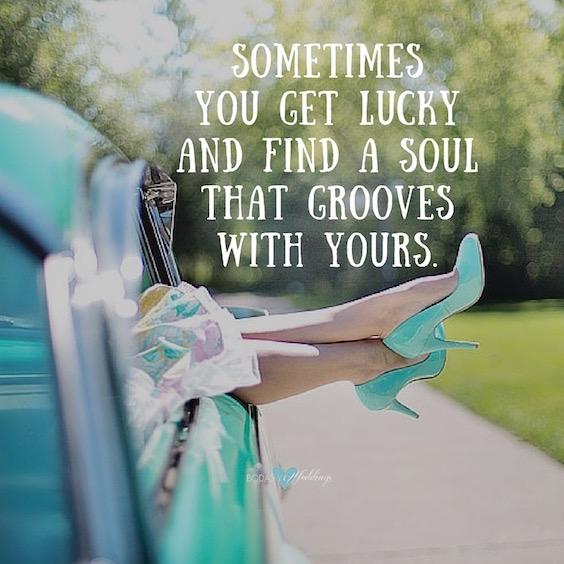 Pensamientos para invitaciones de boda. A veces la suerte te sonríe y encuentras un alma que conjuga con la tuya.