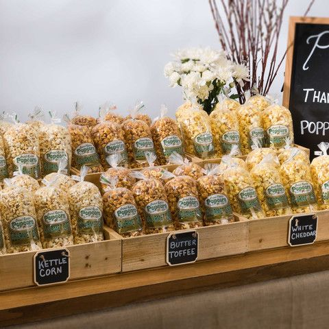 Estas bolsas con rosetas de maiz de Grand Rapids Popcorn Company son perfectas para regalar a tus invitados. These Popcorn Favor Bags by the Case from Grand Rapids Popcorn Company are perfect for late night wedding snacks.