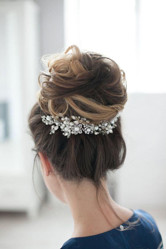 En busca de un estilo de peinado fácil para el día de tu boda? ¿Qué tal un peinado alto! Para vestirlo, añade un accesorio con mucho bling!