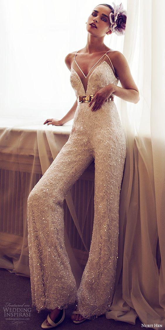 Siempre se puede contar con Nurit Hen para asombrarnos con un precioso vestido de boda. Efectivamente, este vestido de novia estilo mono sin mangas es impresionante.