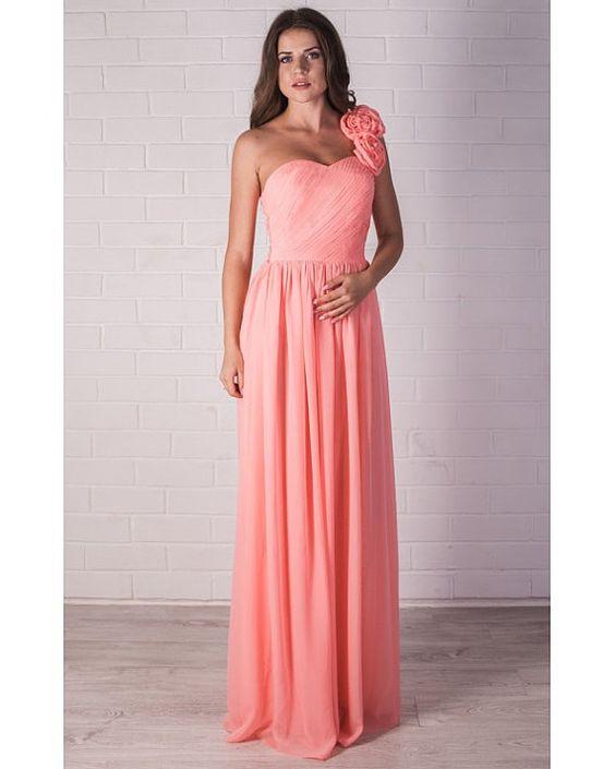 Vestido largo de gasa para madrinas con adorno de flores en melocotón.