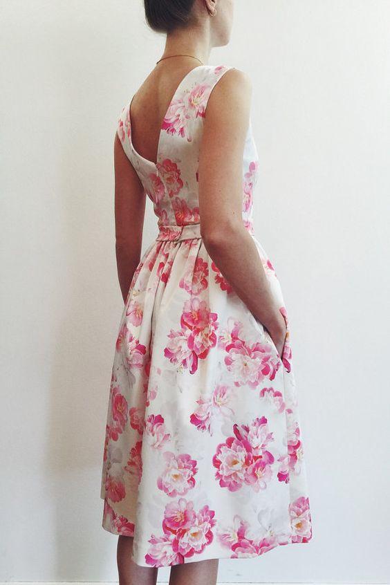 Peonias en rosa. Un motivo con la última tendencia para vestidos de madrinas de corte clásico con espalda en V.