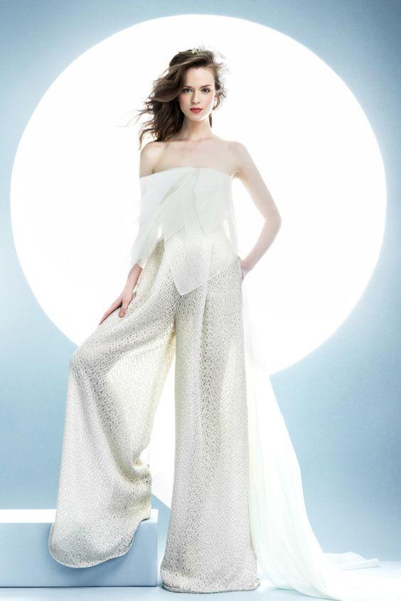 Si vestir pantalones para tu boda siempre fue tu sueño, hazlo realidad. Regocíjate con las creación de vestidos de novias con pantalones 2017.