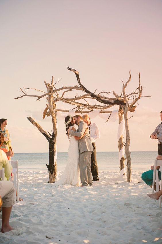 Altar de madera a la deriva para una ceremonia de boda en la playa al oeste de la Florida. Fotografia de Hello Miss Lovely.