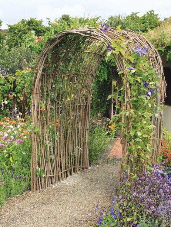 Arco de abedul con flores en lila.